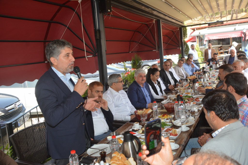AK PARTİ KIRIKHAN'DA MUHTARLARLA BİR ARAYA GELDİ